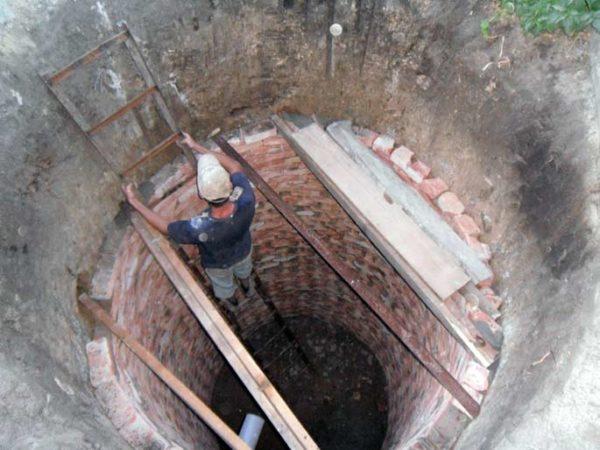 Через кладку с пропусками в грунт уходит больше воды.