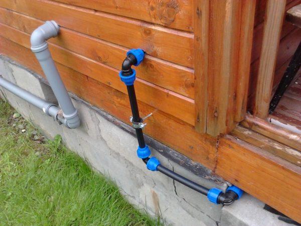 Дачный водопровод из напорной полиэтиленовой трубы на компрессионных фитингах.