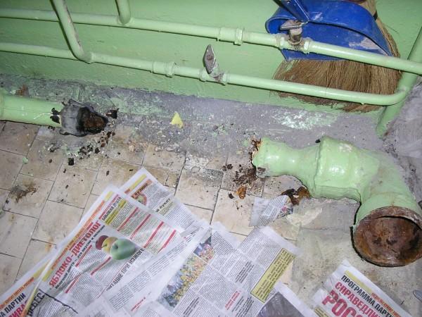 Демонтаж чугунной канализации в квартире. Возраст - около полувека.