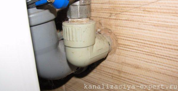 Для герметизации резьбового соединения на фото использованы лен и герметик.