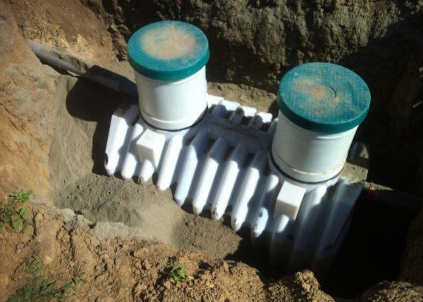 Для обратной засыпки вместо вынутого ранее грунта используется смесь цемента с песком.