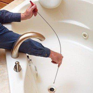 Для прочистки выпуска через решетку нужен тонкий тросик.