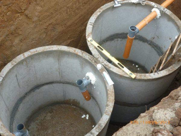 Для уплотнения и фиксации канализационных труб можно использовать монтажную пену.