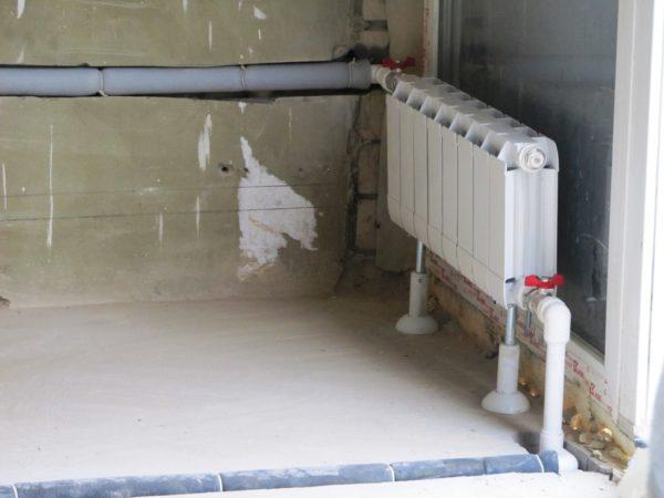 Для утепления и создания зазоров можно использовать оболочку из вспененного полиэтилена.