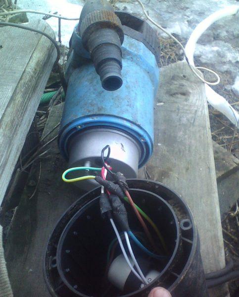 Для замены провода питания на более длинный придется вскрывать герметичный корпус.