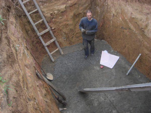 Дно котлована под отстойником бетонируется