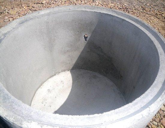Дно ямы должно быть герметичным. Во всяком случае, согласно нормативному документу.