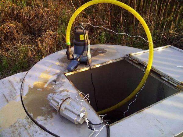 Два разных насоса - один для чистой воды другой для грязных стоков