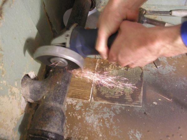 Если элементы старой гребенки не нужны вам, можно упростить себе работу и срезать ее болгаркой.