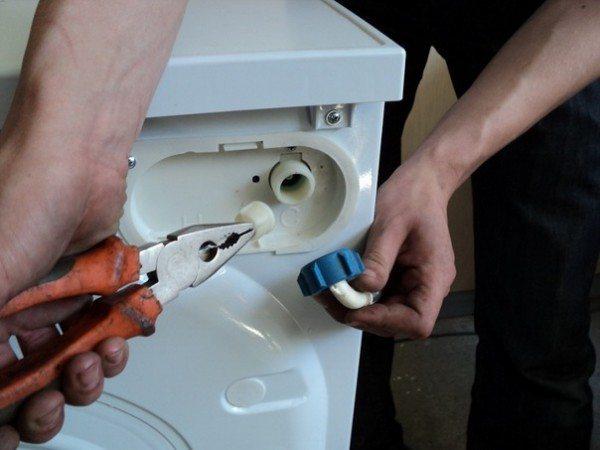 Если в санузле стоит автоматическая стиральная машина - отключите от нее шланг подачи воды, направьте его в унитаз и откройте вентиль.