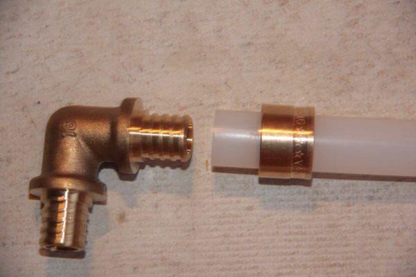 Фитинг для соединения труб PEX.