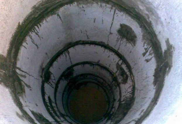 Глубокий бетонный резервуар, состоящий из 5 элементов.