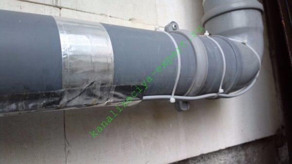 Греющий кабель спасает вывод канализации от замерзания в редкие в Крыму заморозки.