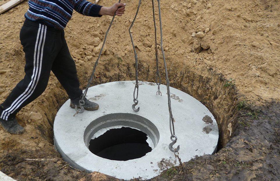 Иногда требуется установка опорного кольца: его монтируют при устройстве самого колодца