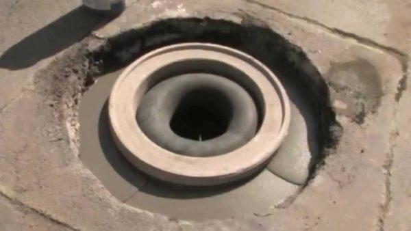 Камера в отверстии колодца предотвращает попадание раствора внутрь