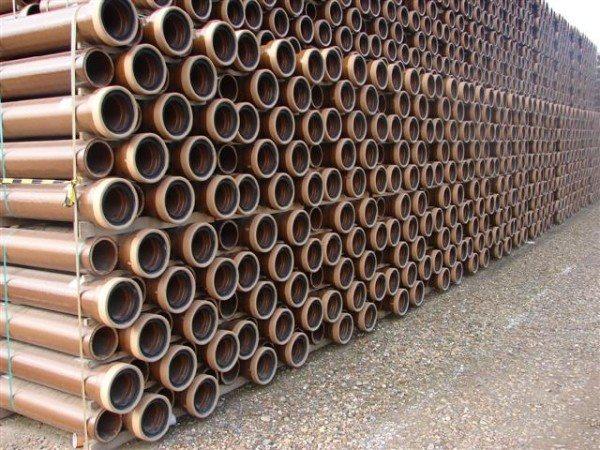 Керамические трубы на складе.
