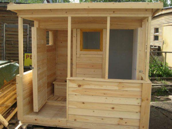 Комбинированный санузел из туалета и душевой кабинки.