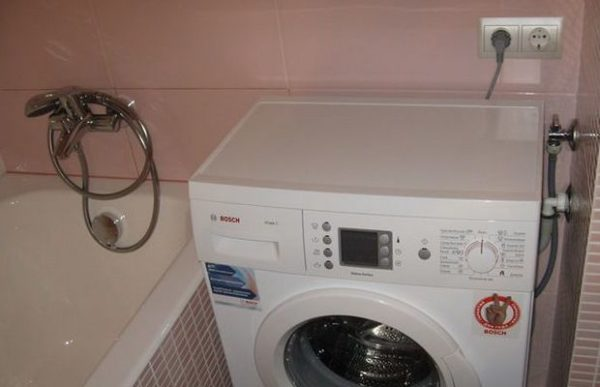Компактное подсоединение стиральной машинки в ванной.