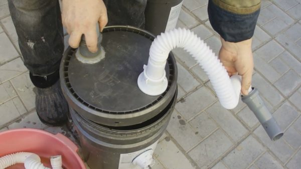 Крепление к крышке шлангов подачи и вентиляции