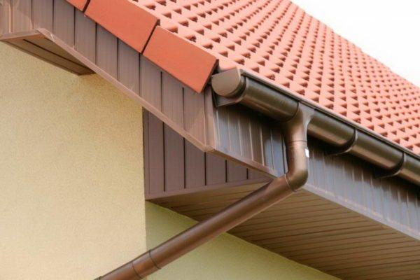 Ливневка на крыше, готовая к эксплуатации