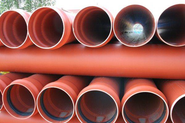 Многослойная канализация из ПВХ. Изделия для наружной безнапорной канализации обычно имеют оранжевый цвет.