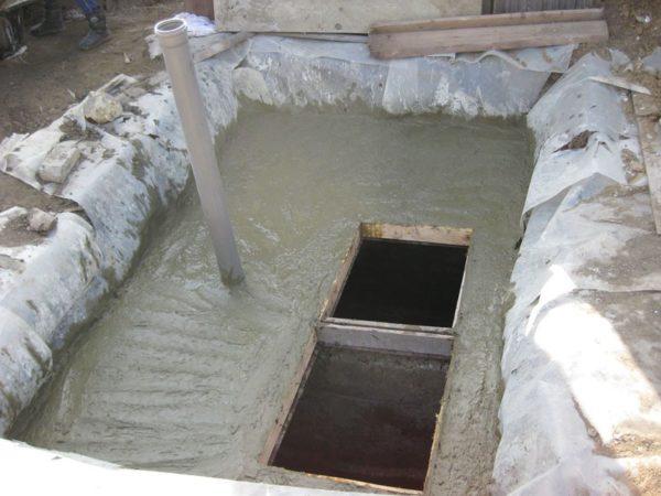 Монолитно-бетонное перекрытие двухкамерного септика.