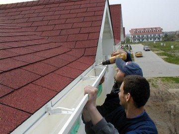 Монтаж лотка для сбора атмосферных осадков с крыши