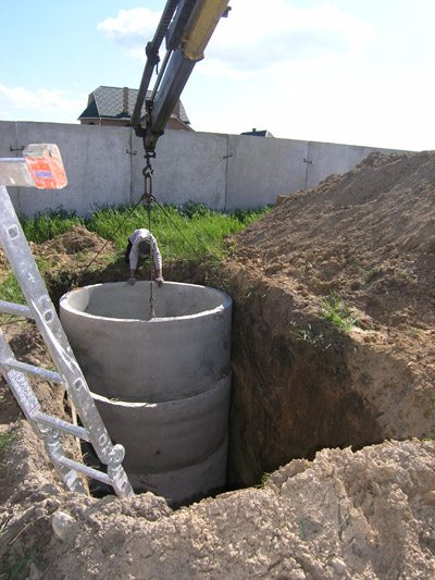 Монтаж ямы из бетонных колец