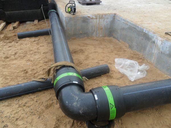 Муфтовое угловое соединение канализационной трубы.