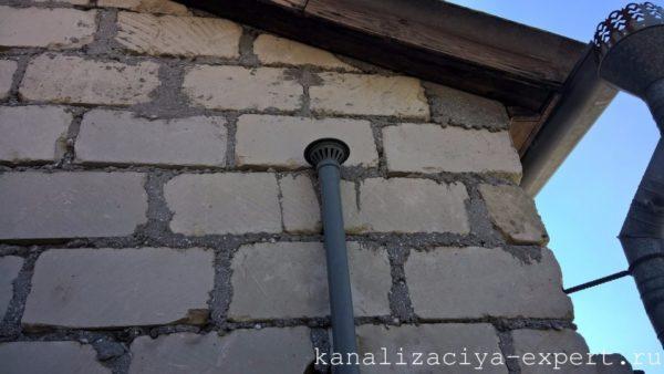 На фото - вентиляционный вывод домовой системы канализации.