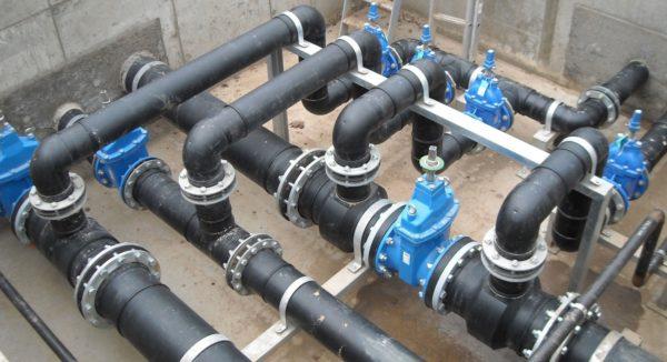 На фото показан водопровод из пластиковых труб.