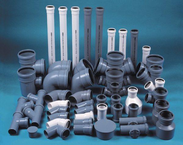 На фото показана соединительная фурнитура для пластиковых канализационных труб.