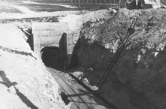 На старой фотографии запечатлен эпизод строительства городского коллектора Севастополя. Рельсы позволяют оценить его размеры.