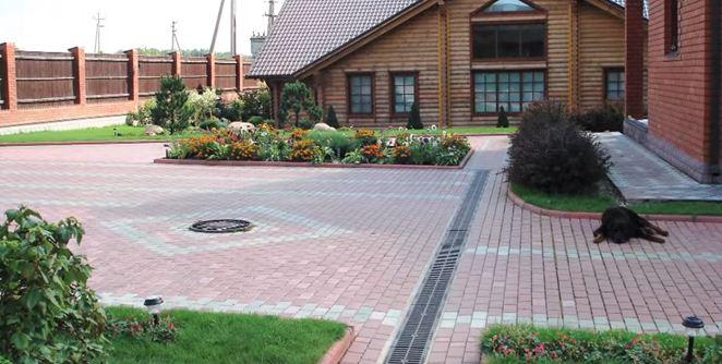На территориях большой площади водоотводной лоток может проходить посередине участка.