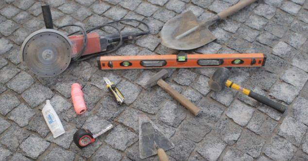 Набор инструмента для работы по монтажу лотков.