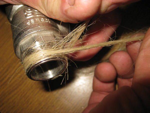 Намотайте лен на резьбу и нанесите сверху немного краски. При сборке соединения органическое волокно равномерно ей пропитается.