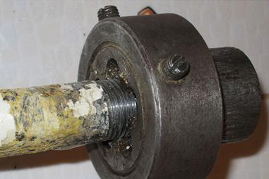 Нарезка резьбы на металлической трубе