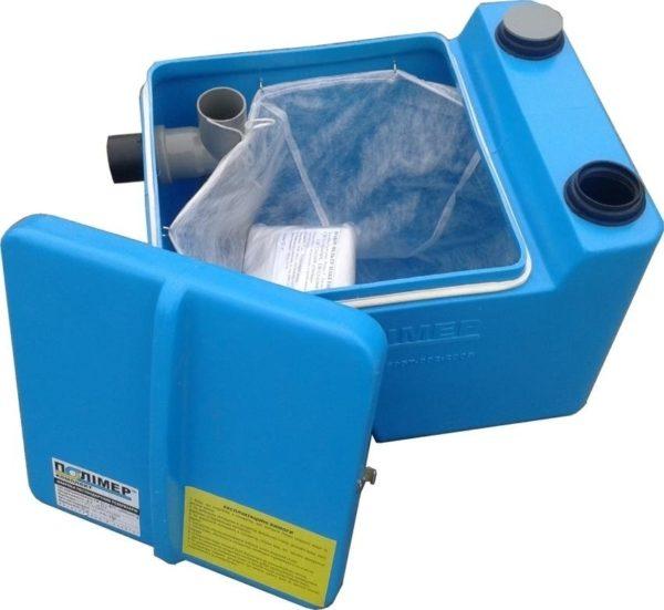 Недорогой пластиковый жироуловитель рассчитан на небольшой объем проточной воды