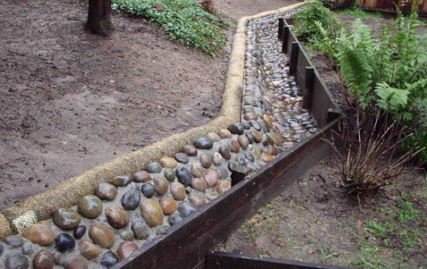 Некоторые облагораживают открытые системы и обкладывают их камнем