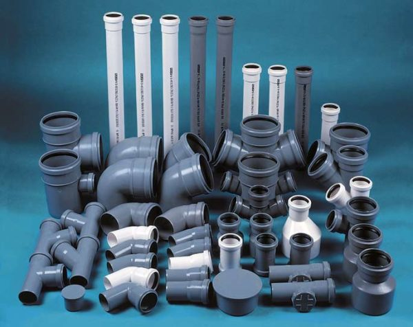 Несколько разновидностей пластиковых труб и фасонины.