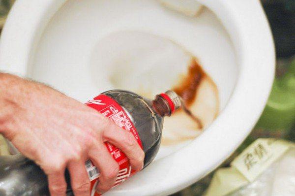 Одна из вкусовых добавок, применяемых при производстве Кока-колы - лимонная кислота, прекрасно растворяющая отложения.