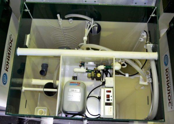 Основной расход электроэнергии обеспечивает маломощный компрессор аэратора.