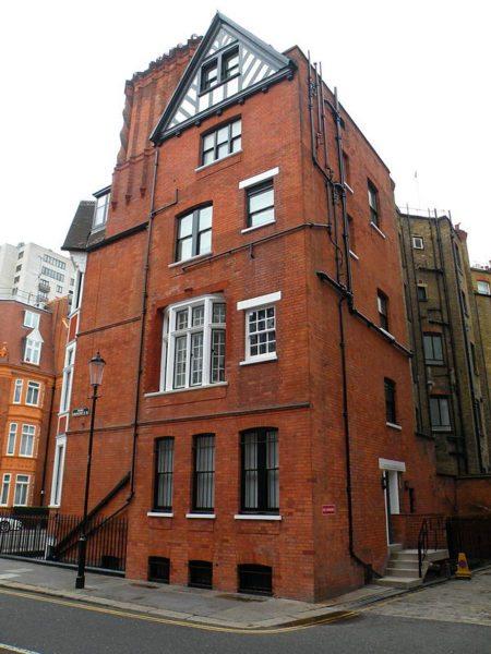 Открытая прокладка канализации характерна не только для России. На снимке - здание в Лондоне.