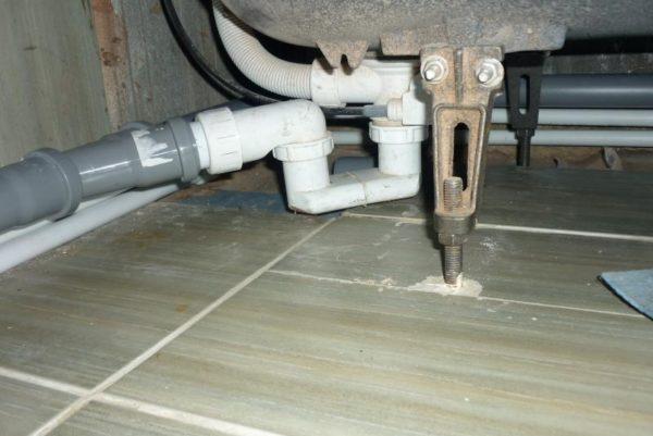 Подключение через обратный клапан в сифон под ванной.
