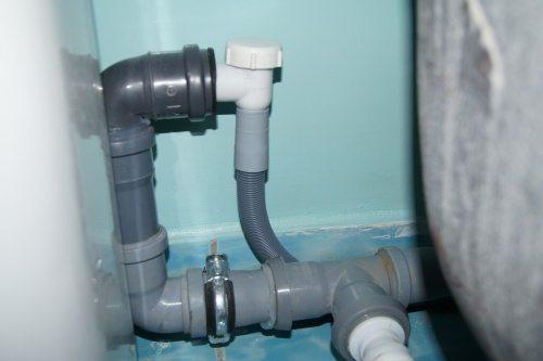 Подсоединение слива через обратный клапан.
