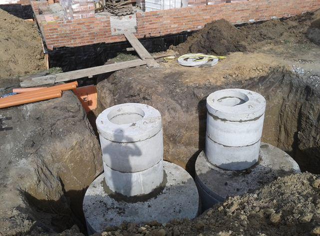 Подземные резервуары септика из бетонных колец.