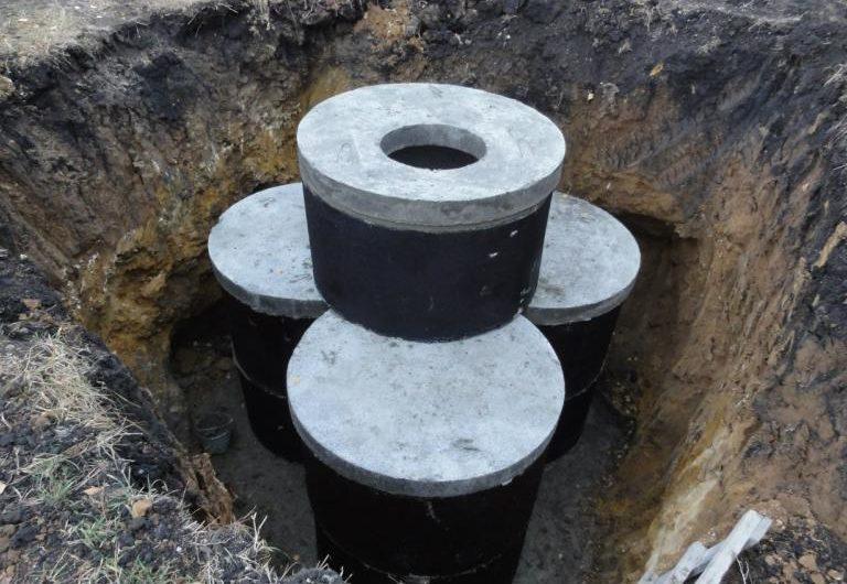 После монтажа верхнего кольца с крышкой, септик из колец должен иметь примерно такой вид.