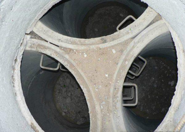 После установки труб, пространство между колодцами нужно забетонировать или засыпать ПГС.
