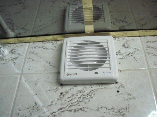 Принудительная вентиляция снизит уровень влажности в туалете.