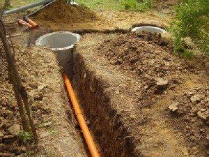 Прокладка пластиковой канализационной трубы к колодцу